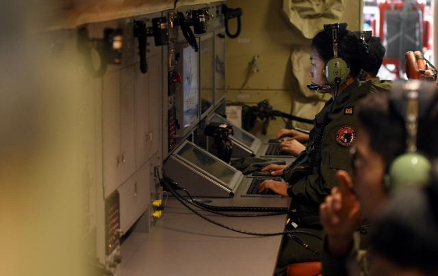 항공 조작 직별 부사관들이 P-3 해상초계기에서 임무를 수행하고 있다. 양동욱 기자