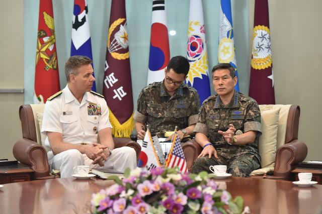 정경두 합참의장이 25일 한국을 방문한 필립 데이비슨 미 인도태평양사령관과 이야기를 나누고 있다. 합참 제공
