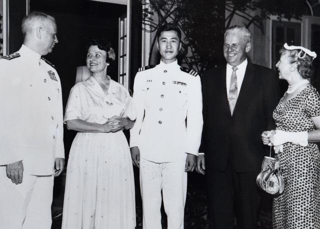 현대 미국 해군의 아버지라 불리는 알레이 버크(맨 왼쪽) 제독과 함께한 박찬극(왼쪽 셋째) 제독.