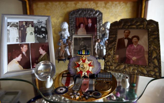 박 제독의 거실 장식장에 놓인 훈장과 사진들.