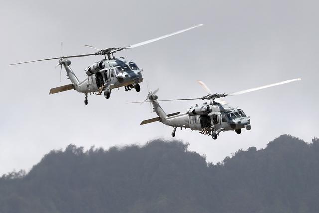 UDT/SEAL 대원을 비롯한 다국적군 특수부대원들이 헬기를 이용해 무장괴한이 점거한 마을 후방 지역으로 침투하고 있다. 호눌룰루 = 한재호 기자