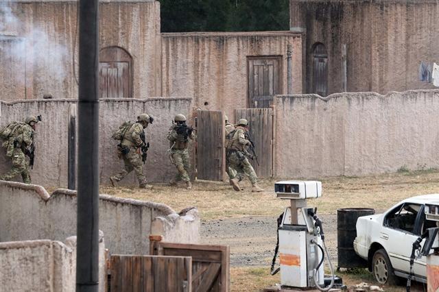 UDT/SEAL 대원들이 시가지전투훈련장에서 열린 다국적군 특수부대 FTX에서 무장괴한에게 억류된 인질을 구출하기 위해 전술기동을 펼치고 있다. 호눌룰루 = 한재호 기자