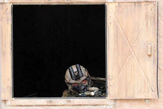 UDT/SEAL 대원이 수색작전 중 건물 밖 상황을 은밀하게 주시하고 있다. 호눌룰루 = 한재호 기자