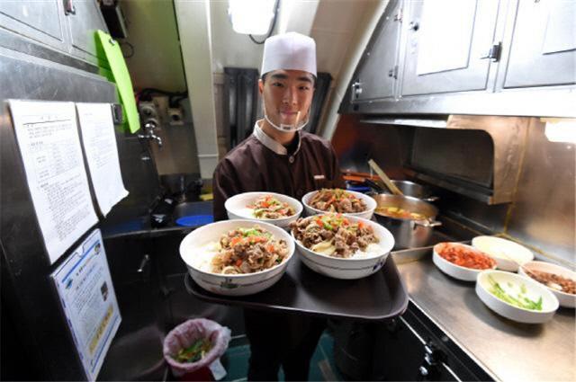 해군잠수함사령부 소속 이천함 조준민 하사가 직접 만든 음식을 승조원 식당으로 옮기고 있다. 조용학 기자
