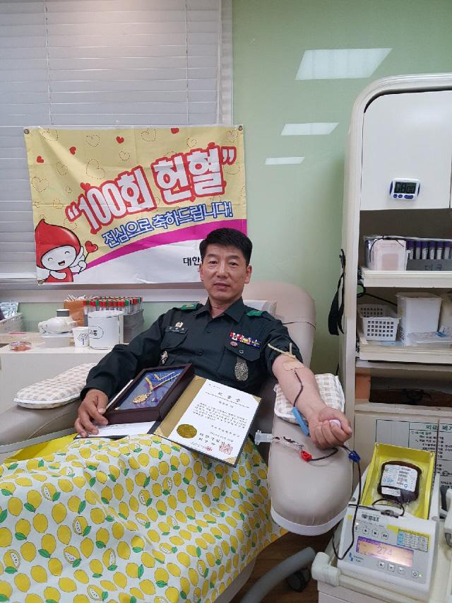 정철욱 육군50사단 낙동강연대 문경대대 점촌2동대장이 100번째 헌혈을 하고 있다.    부대 제공