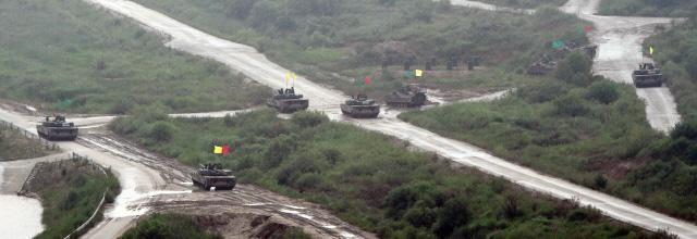 K1 전차와 K200A1 장갑차들이 공격준비를 하고 있다. 조종원 기자