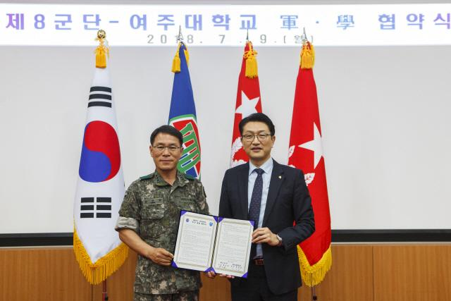 황인권(중장·왼쪽) 육군8군단장과 윤준호 여주대 총장이 업무협약을 체결한 후 기념사진을 찍고 있다.  부대 제공