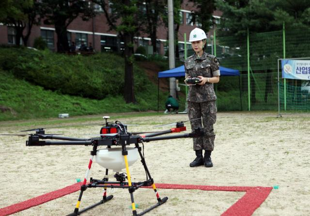 육군 여군장교 중 최초로 드론조종자 자격시험에 합격한 육군9사단 차서현 대위가 드론을 조종하기에 앞서 조종컨트롤러와 기체의 통신 연결 상태를 확인하고 있다.  부대 제공