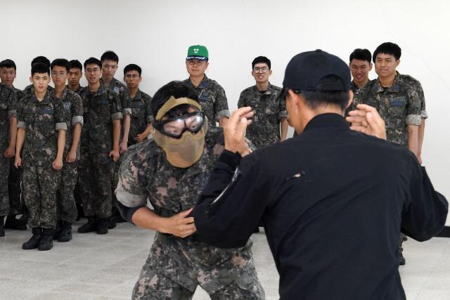 공군사관학교 생도들이 올해 하계군사훈련의 신규 프로그램인 '근접전투기술훈련'을 통해 적과 일대일 대응 상황에서 승리하기 위한 동물적인 감각과 전투기술을 기르고 있다.  공사 제공