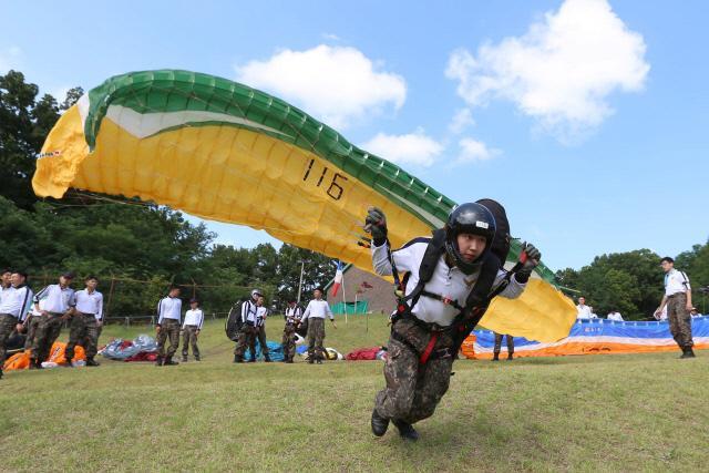 공군사관학교 하계군사훈련에 참가한 1학년 생도들이 3차원 공간에 대한 적응력을 기르고 공중환경을 직접 체험하기 위한 패러글라이딩 훈련을 받고 있다.   공사 제공