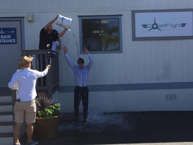 솔로 비행 후 축하 의미로 물세례를 받는 전통에 따라 물을 맞고 있다.