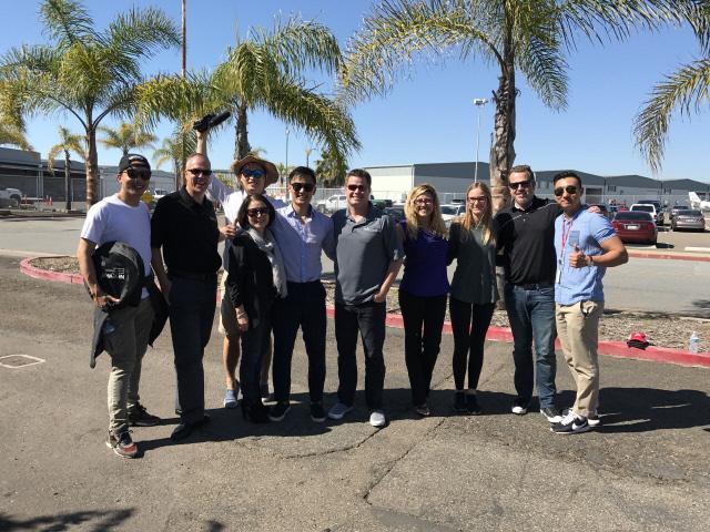 솔로 비행을 마친 후, 축하해준 사람들과 함께 사진을 찍었다.