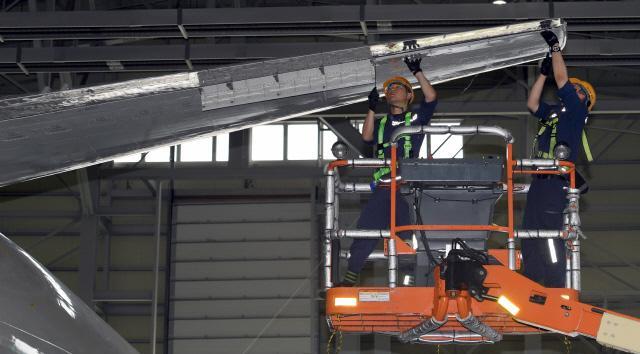 항공 기체 부사관들이 P-3 해상초계기의 비행 안전성을 확보하기 위한 기체 점검을 하고 있다.
