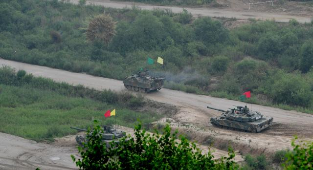 연막 차장 후 공격을 시작한 K200A1 장갑차와 K1 전차. 조종원 기자