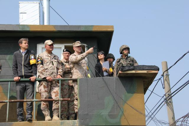 군사정전위원회 관계자들이 전방 부대를 방문해 시찰하고 있다.     군정위 제공