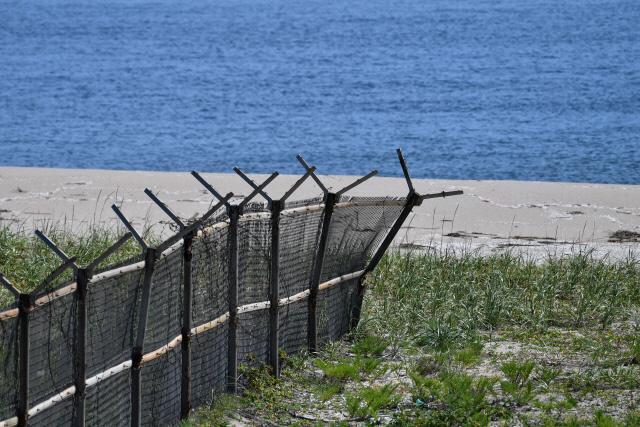 동부 철책의 마지막 자락  육상 남방한계선 최동단인 강원도 고성군 동부전선 DMZ 철책의 마지막 자락. 동해안 백사장 쪽으로는 철책이 세워져 있지 않다.