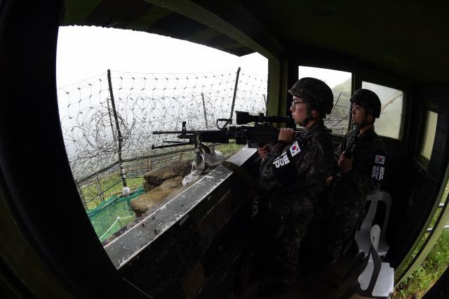 짙은 안개 속 전방 경계  지난 12일 강원도 철원군 중부전선의 한 초소에서 육군3사단 GOP 경계병들이 짙은 안개 속에서 철책 경계를 하고 있다.