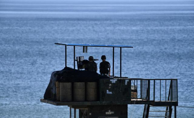 동해 첫 초소 경계작전   지난 13일 DMZ의 출발점인 강원도 고성군 동부전선 최동단 초소에서 남방한계선과 동해안을 함께 지키는 육군22사단 GOP 장병들이 경계근무를 서고 있다.