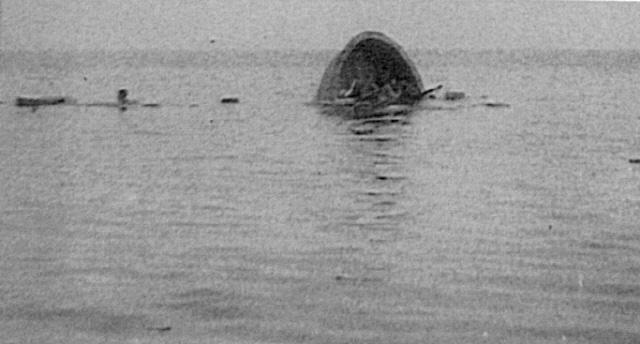 1967년 4월 17일 PF-63 대동강함의 공격을 받아 침몰하는 간첩선. 사진=해군본부 제공