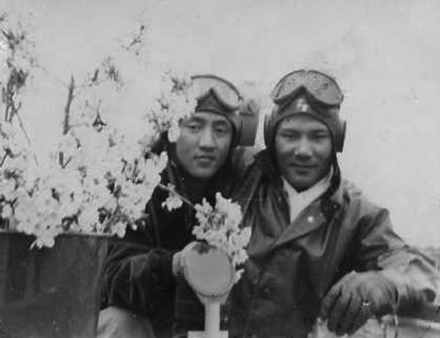해사 4기생 홍기경·서동연 소위가 1952년 4월 제비정에서 벚꽃과 함께 기념 사진을 찍은 모습.