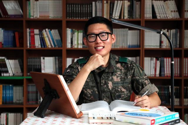 육군군수사령부 그린캠프에서 분대장 임무를 수행 중인 이지수 병장이 병영도서관에서 독서를 하고 있다. 이 병장은 국방TV와 국방일보를 보면서 자기계발의 뜻을 펼치기 시작했다.  한재호 기자