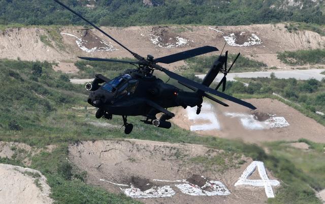 승진훈련장에서 열린 기동화력시범 행사에서 육군902항공대대 소속 아파치 가디언 공격헬기가 멋진 기동을 선보이고 있다.