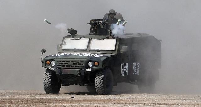 기갑수색 전술차량이 신속하게 기동하며 연막탄을 발사하고 있다.