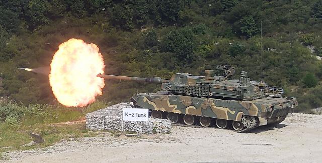 승진훈련장에서 육군20사단 소속 K2 흑표 전차가 주포를 발사하고 있다.