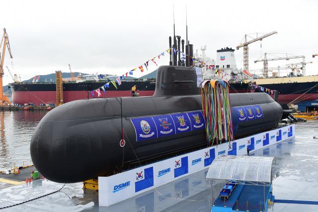 국내 최초 3000톤급 잠수함 '도산안창호함(KSS-III)'이 지난 14일 거제 대우조선해양 옥포조선소에서 진행된 진수식에서 멋진 위용을 드러내고 있다.  조종원 기자