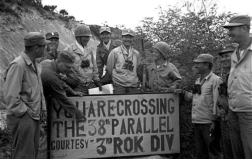 6·25전쟁 중 낙동강까지 밀렸던 국군이 인천상륙작전을 계기로 북진을 거듭, 1950년 10월 1일 38선을 최초 돌파했다. 사진은 국군3사단이 38선을 돌파한 역사적인 현장에서 외신기자들과 함께 사진을 찍고 있는 모습.