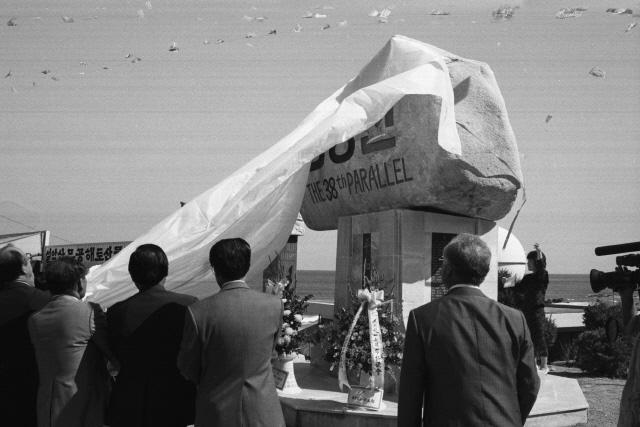 1988년10월 9일 강원도 양양군 현북면 38선휴게소에서 민족통일 강원도협의회 회원들이 38선 표지석 건립 제막식을 하고있다.