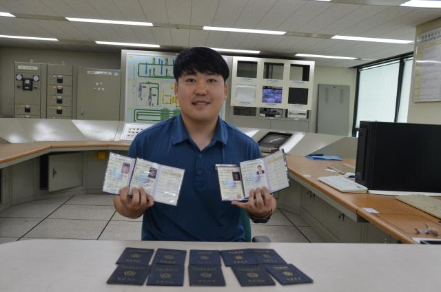 한국산업인력공단 2018년 최연소 최다 기능장 보유자로 선정된 신은배 씨가 해병대 복무시절부터 취득한 4개의 기능장 자격증을 들고 포즈를 취하고 있다.