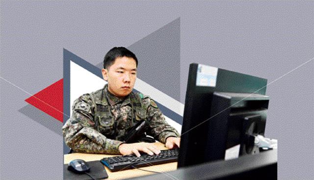 정재민 병장이 본인이 직접 개발한 CCTV 도식 지원 프로그램을 관리하고 있다. 정 병장은 입대 전 실의에 빠졌던 자신에게 재기의 기운을 불어넣어 준 군과 함께 발전하기 위한 다양한 아이디어를 내놓고 있다.