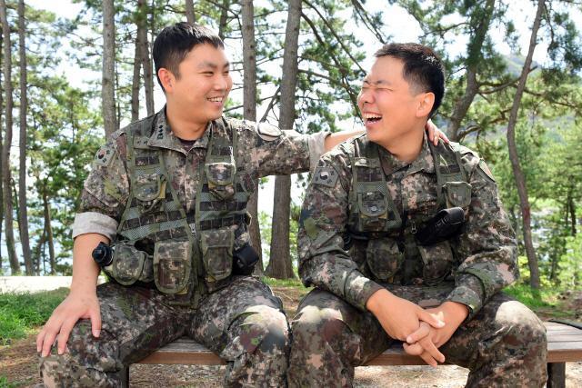 정재민(오른쪽) 병장이 이지승(대위) 중대장과 웃으며 담소를 나누고 있다. 정 병장은 매사에 최선을 다하는 이 중대장의 모습을 보며 자신의 꿈을 다시 키워나가기 시작했다.