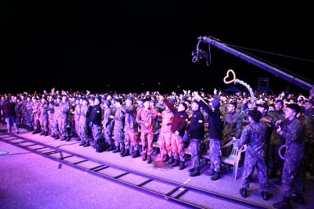 '국방TV 위문열차'의 신나는 무대에 장병들이 열광적인 환호를 보내고 있다.    국방TV 위문열차 제공
