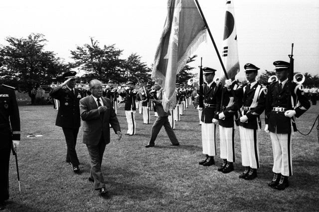 1989년 6월 30일 공군본부 계룡대 이전 보고회에서 초대 및 3대 공군참모총장을 역임한 김정렬(왼쪽 앞) 장군과 정용후 공참총장이 석별의 아쉬움을 남기며 부대 열병을 하고 있다.
