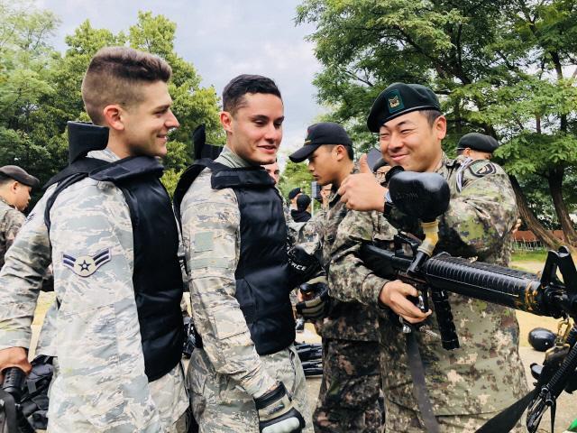 '한·미군·경 소부대전술 경연대회'에서 한미 전투원들이 경기를 마치고 전술토의를 하며 서로의 기량을 칭찬하고 있다. 부대 제공