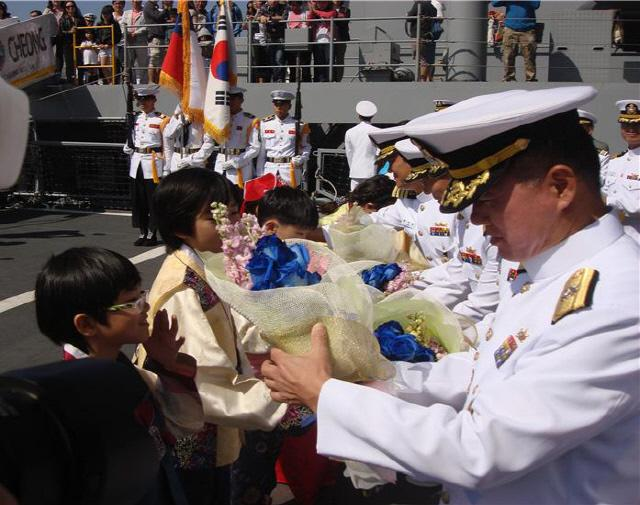 지난 2012년 칠레를 방문한 한국 해군순항훈련전단 지휘부에 현지 교민 자녀들이 꽃다발을 전달하고 있다.  필자 제공