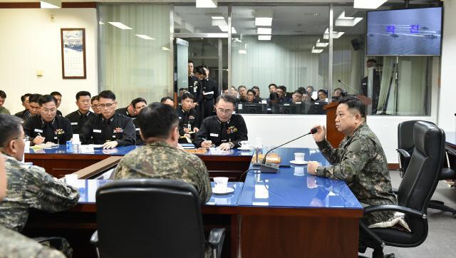 """박한기 합동참모의장이 해군 2함대사령부를 방문, 지휘관들과 이야기를 나누고 있다. 박 의장은 """"전우들이 피로 지킨 서해 NLL을 앞으로는 희생없이 평화롭게 지켜나가기 위해 엄정한 군 기강과 작전기강으로 확고한 군사대비태세를 완비해야 한다""""고 강조했다. 합참 제공"""