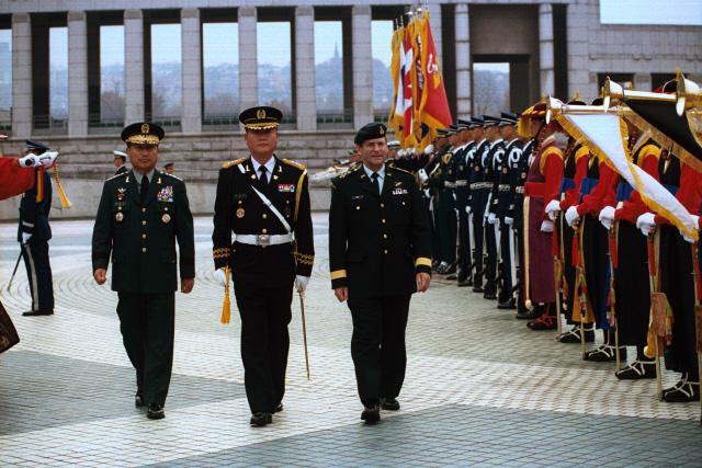 1998년 11월 16일 김진호(왼쪽) 합참의장과 머리스 바리 캐나다 국방총장이 전쟁기념관 광장에서 국방부 의장대를 사열하고 있다.