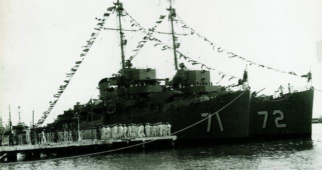 DE급 호위구축함 경기함(왼쪽)과 강원함. 1960년대 중반까지 한국 해군의 주력 전투함으로 활약한 두 함정은 뛰어난 기동력과 사격 능력을 바탕으로 수많은 해상 대침투 작전에서 승전보를 전했다.