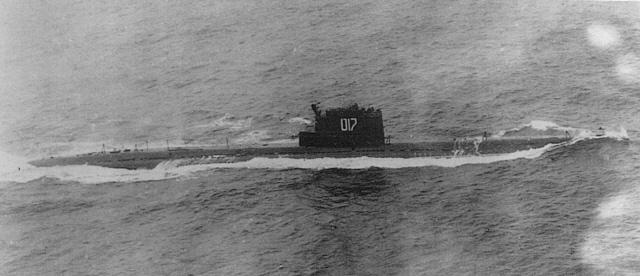 충남함이 끈질긴 추격 끝에 수면 위로 부상시킨 소련 잠수함을 미 해군 대잠 항공기에서 촬영한 모습.