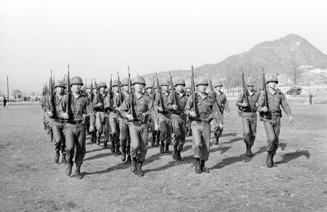 1974년 4월 당시 미4유도탄사령부에 근무하는 카투사 장병들이 훈련하는 모습.     필자 제공