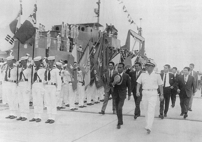 아산함과 웅포함 재취역식에 참석한 박정희 대통령이 호기대의 경례를 받고 있다. 사진=해군본부 제공