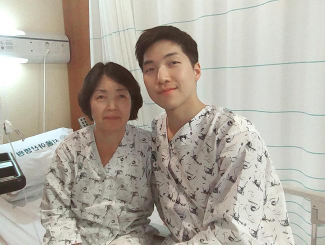 김기남 중위가 6일 간이식 수술을 하기에 앞서 어머니와 함께 사진을 찍고 있다.  부대 제공