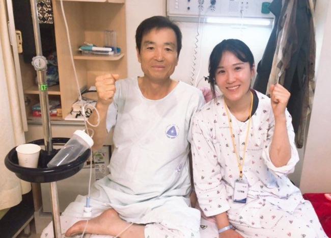 이다정 중사가 6일 아버지와 함께 성공적인 수술을 기원하며 파이팅을 외치고 있다.  부대 제공