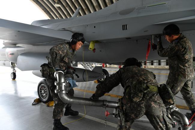 공군8전투비행단이 전투태세훈련 중 하나로 진행한 '항공기 긴급 귀환 및 재출동 훈련'에서 재출동 지원요원들이 FA-50 전투기에 항공유를 신속하게 보급하고 있다.  사진 제공 =윤요한 하사