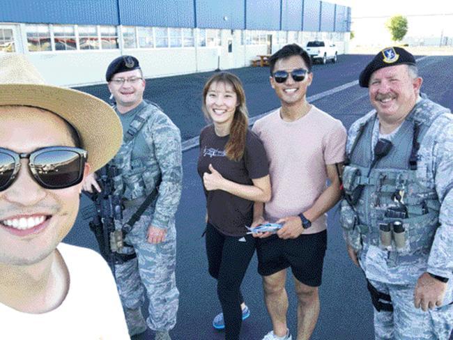 민간·군 합동 공항에 착륙한 뒤 군인들과 함께 찍은 사진.