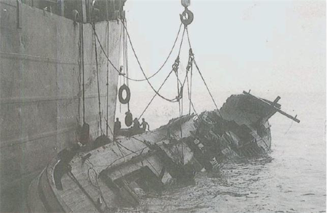 용문함이 거진 동북쪽 해상에서 우리 해군이 격침한 북한 무장 간첩선을 인양하고 있다.