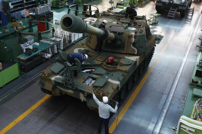 육군종합정비창에서 정비관들이 K9 자주포의 엔진을 정비하고 있다. 육군은 이달 안 계약체결을 목표로 민간 군수지원업체와 K계열 전차·자주포에 대한 PBL 협상을 진행하고 있다.  육군 제공